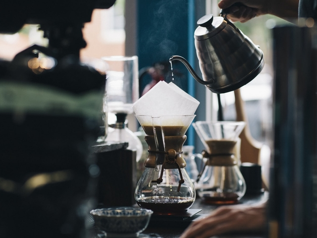 Zubereitung eines Cold Brew Kaffees in einer trichterförmigen Karaffe