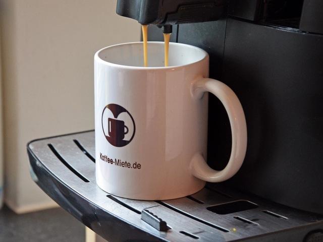 Einen doppelten Espresso in ein Glas.
