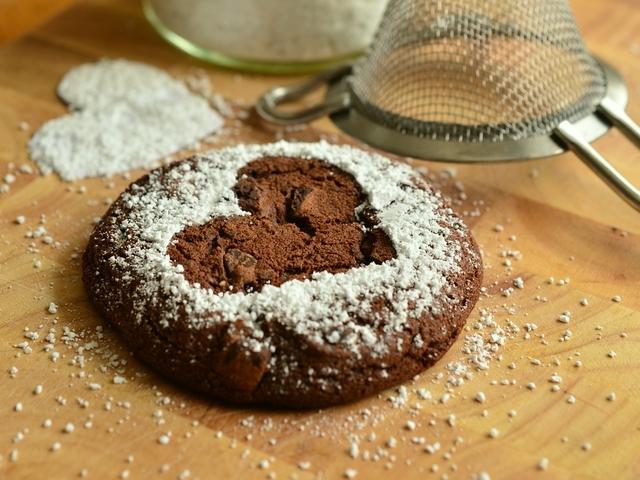 Ein Schokoladenkeks mit einem Herz aus Puderzucker