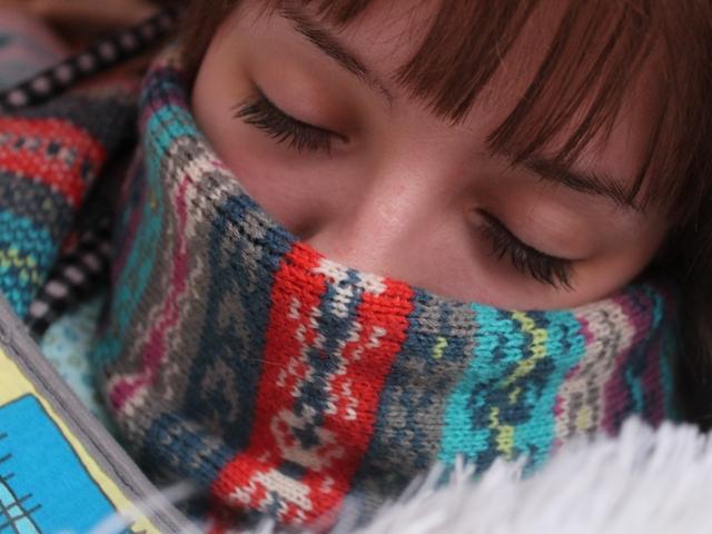 Schlafende Frau mit einem Schal