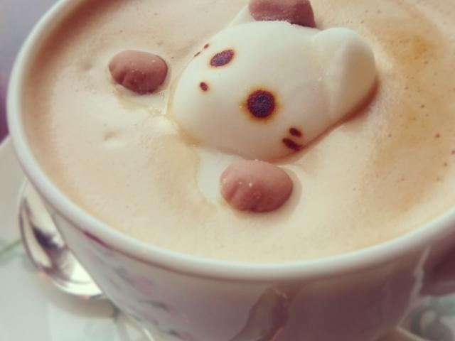 Kaffee mit einem Bär aus Milchschaum