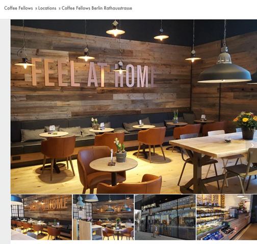 Ein Screenshot der Coffee Fellows-Filiale Berlin Rathausstraße. Die Atmosphäre ist heimelig, die Möbel in Kaffeefarben gehalten. Feel at Home steht groß und breit an einer Wand - das Motto des Unternehmens.